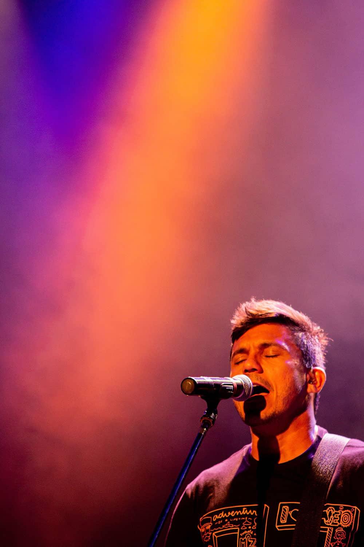 un chanteur en plein concert