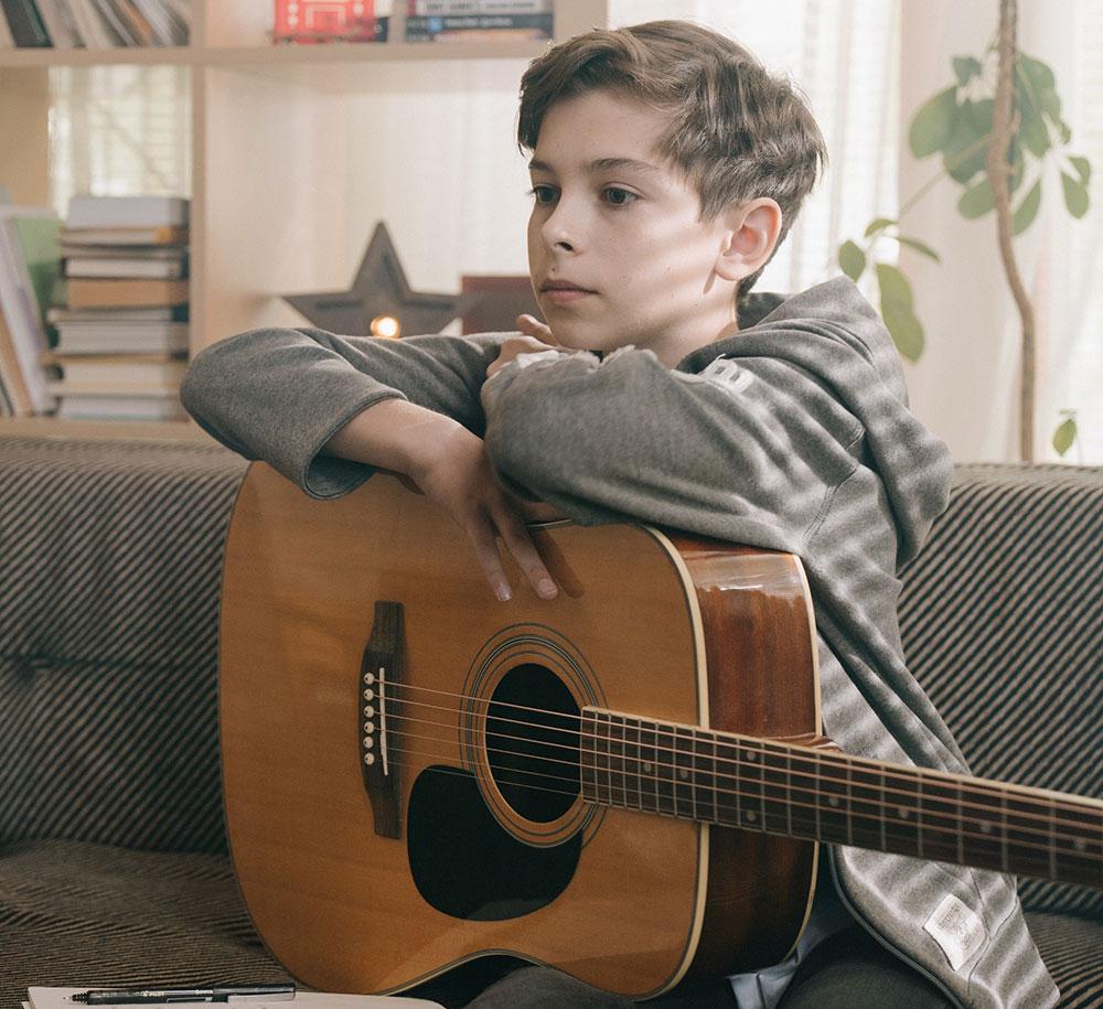 un élève suit un cours de musique gratuit