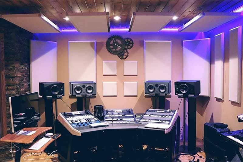 une régie d'écoute dans un studio d'enregistrement